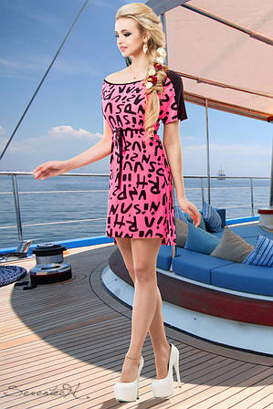 Яркое платье со стильным принтом