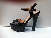 Женские классические босоножки на высоком каблуке с открытой пяткой. Черный и бежевый лак.