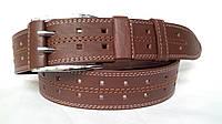 Джинсовый универсальный кожаный ремень 45 мм коричневый двухпальчиковый прошитый белой и коричневой ниткой