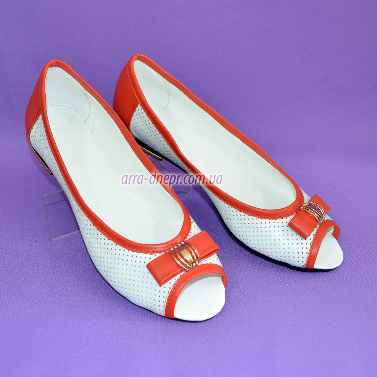 Женские летние кожаные балетки с открытым носком, декорированные бантиком, цвет белый/коралл