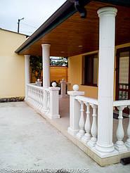 Белая античная колонна с каннелюрами и капителью в классическом стиле
