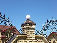 Металлические колпаки на колонны и забор с фонариками