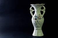 Белая ваза Тикэ с лепкой  и золотом