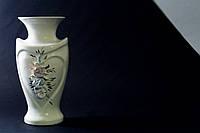 Белая ваза Амур с лепкой  и золотом