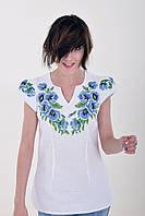Нарядная блуза из домотканого полотна богато украшена вышитыми маками и кружевом