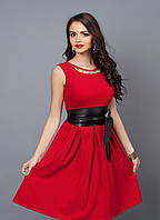 Летнее красное платье до колен с кожаным поясом