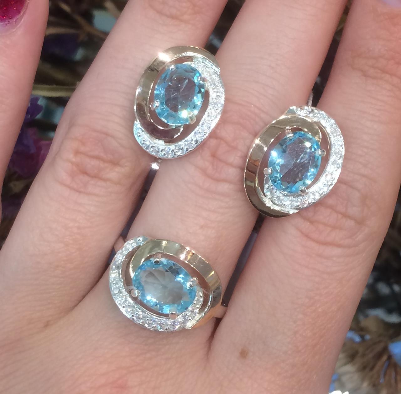 Серебряный комплект кольцо и серьги с золотом и голубыми камнями 34086-34087