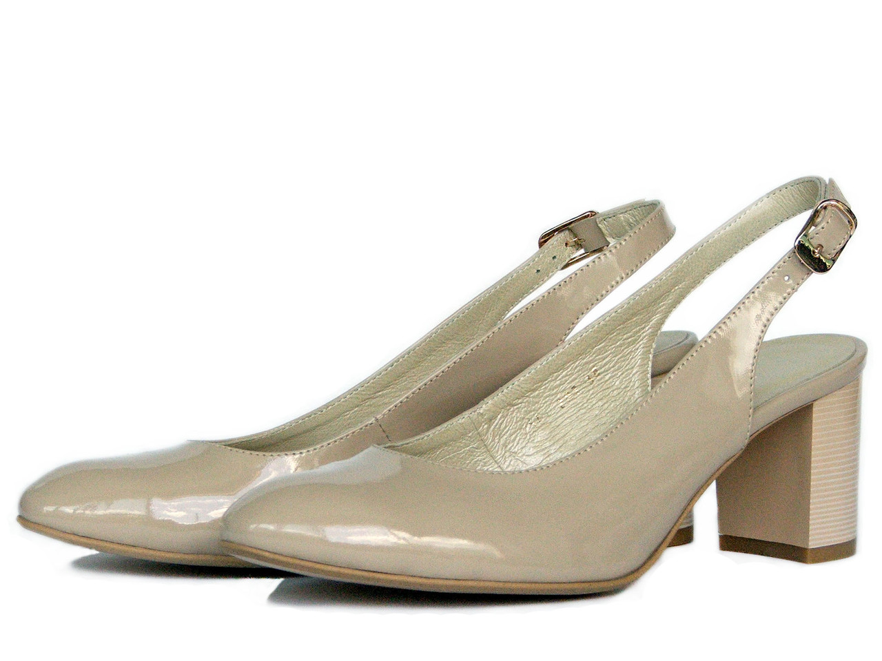 Бежевые лаковые босоножки на каблуке