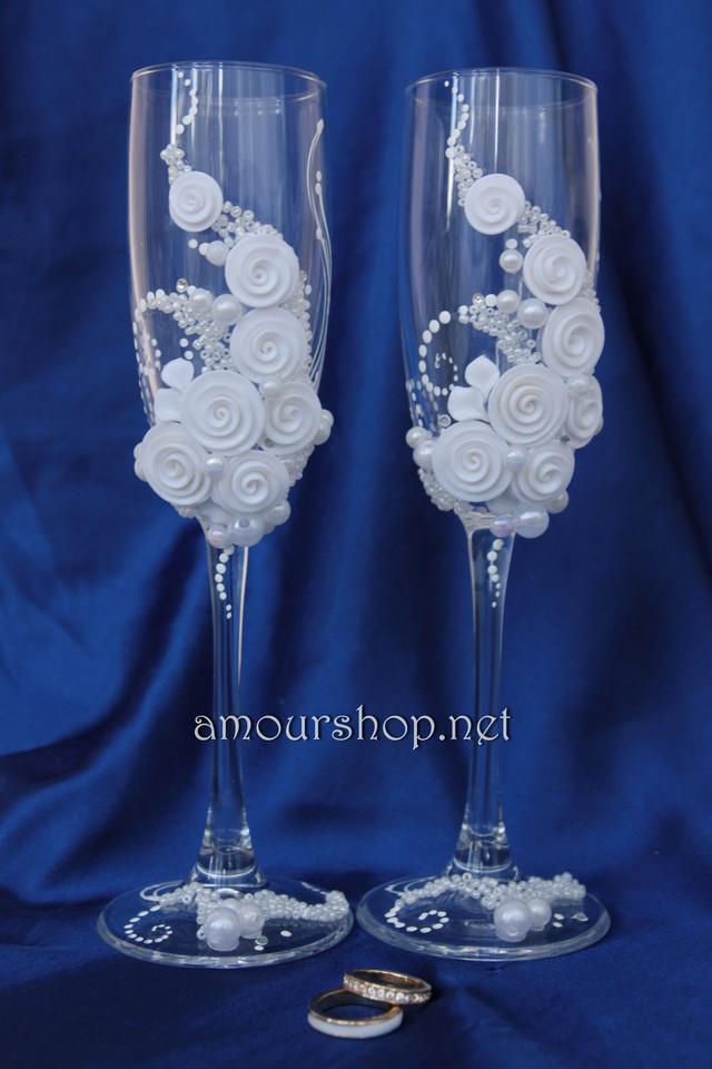 Белый декор на свадебных бокалах