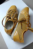 Женские коричневые кроссовки с лаковыми вставками