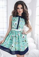 Актуальное принтованное женское платье с воротничком и расклешенным низом без рукавов креп