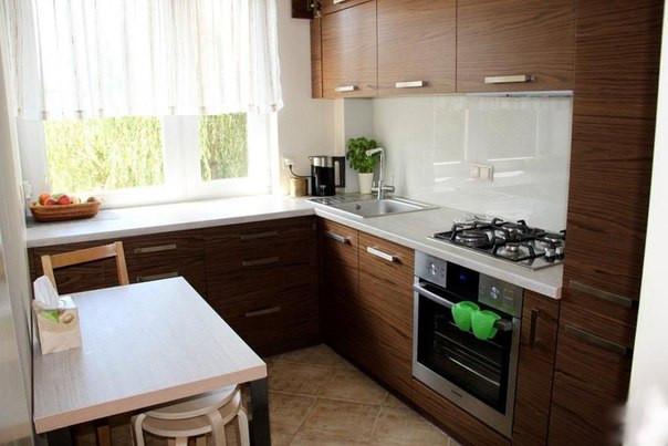 Проект маленькой кухни: столешница под окном, ящики верхние под потолок, экономия каждого см.