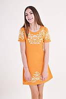 Оригинальное платье яркого оранжевого цвета украшает деликатная вышивка на груди