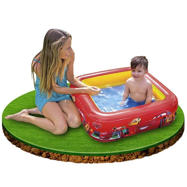 Первое купание в надувном бассейне