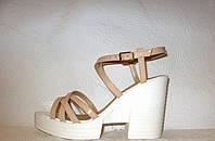 Босоножки женские стильные на толстом невысоком каблуке  бежевого цвета