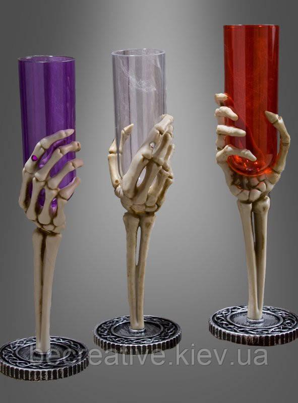 Бокалы для шампанского с рукой скелета