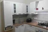Угловая кухня с подвесным пеналом в классическом стиле, фото 1