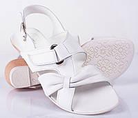 Женские белые босоножки на низком каблуке