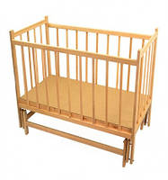 Кроватка детская с маятником светлого цвета