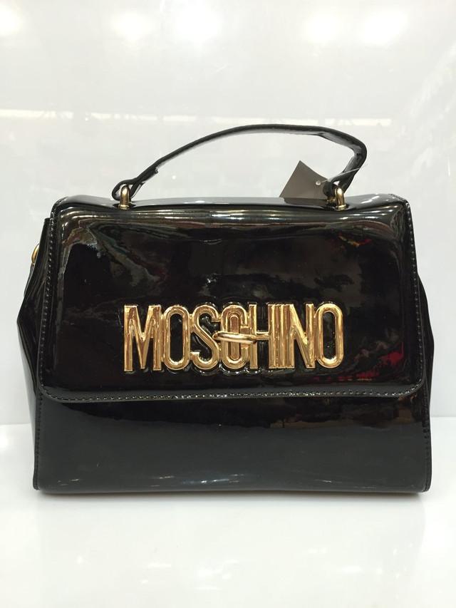d241b4e8b254 Женская сумка клатч Moschino 1240 лаковая черная .На крышке логотип бренда  из золотистого металла, под ней застежка - молния. Внутри есть карманчик на  ...