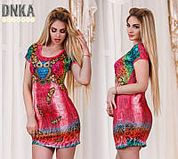 Короткое женское платье с короткими рукавами и разноцветным прнитом