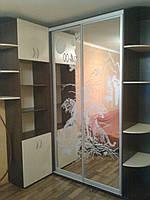 Шкаф-купе угловой с эркером, двери с пескоструйным рисунком