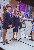 Вручение подарков от торговой марки Elizabeth, юным моделям, принявшим участие в дефиле.