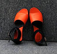Босоножки из натуральной кожи оранжевого цвета в комбинации с черной на плоской подошве