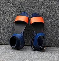 Босоножки из натуральной кожи оранжевого цвета в комбинации с синим на плоской подошве