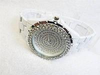 Белые бижутерные женские часы Chanel