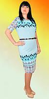 Батальное женское платье в модный абстрактный принт