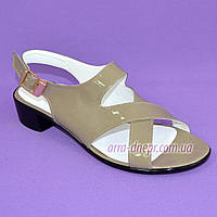 Женские босоножки на невысоком каблуке из натуральной лаковой кожи цвета визон, фото 1