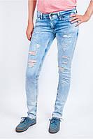 Молодеждые женские джинсы с потертостями и дырками голубые, светло-голубые