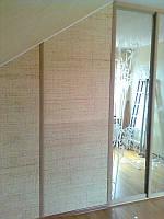 Шкаф-купе, гардеробная,  двери - ротанг, зеркало с пескоструйным рисунком