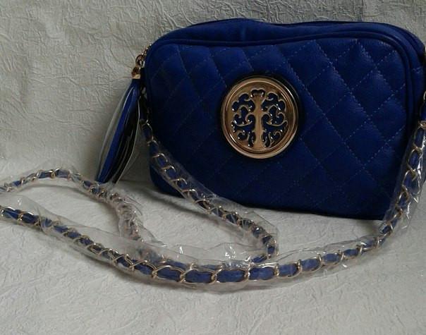 Стеганая женская сумочка с эмблемой