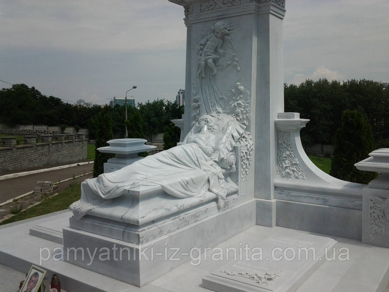 Скульптура женщины из мрамора № 44
