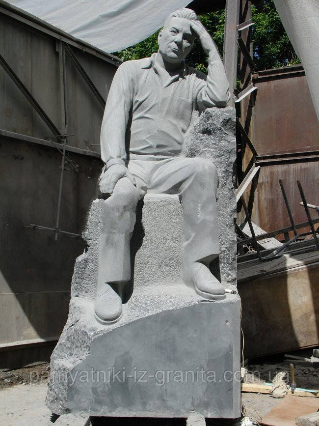 Скульптура мужчины из гранита № 63