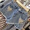 Круті джинсові шорти з аксесуаром в білому і світлому кольорі