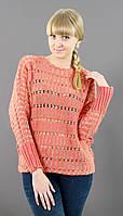 Персиковый свитер модного фасона