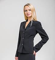 Классический ,черный однобортный пиджак с v-образным вырезом. Втачной узкий рукав. Приталенный. Воротник-стойк