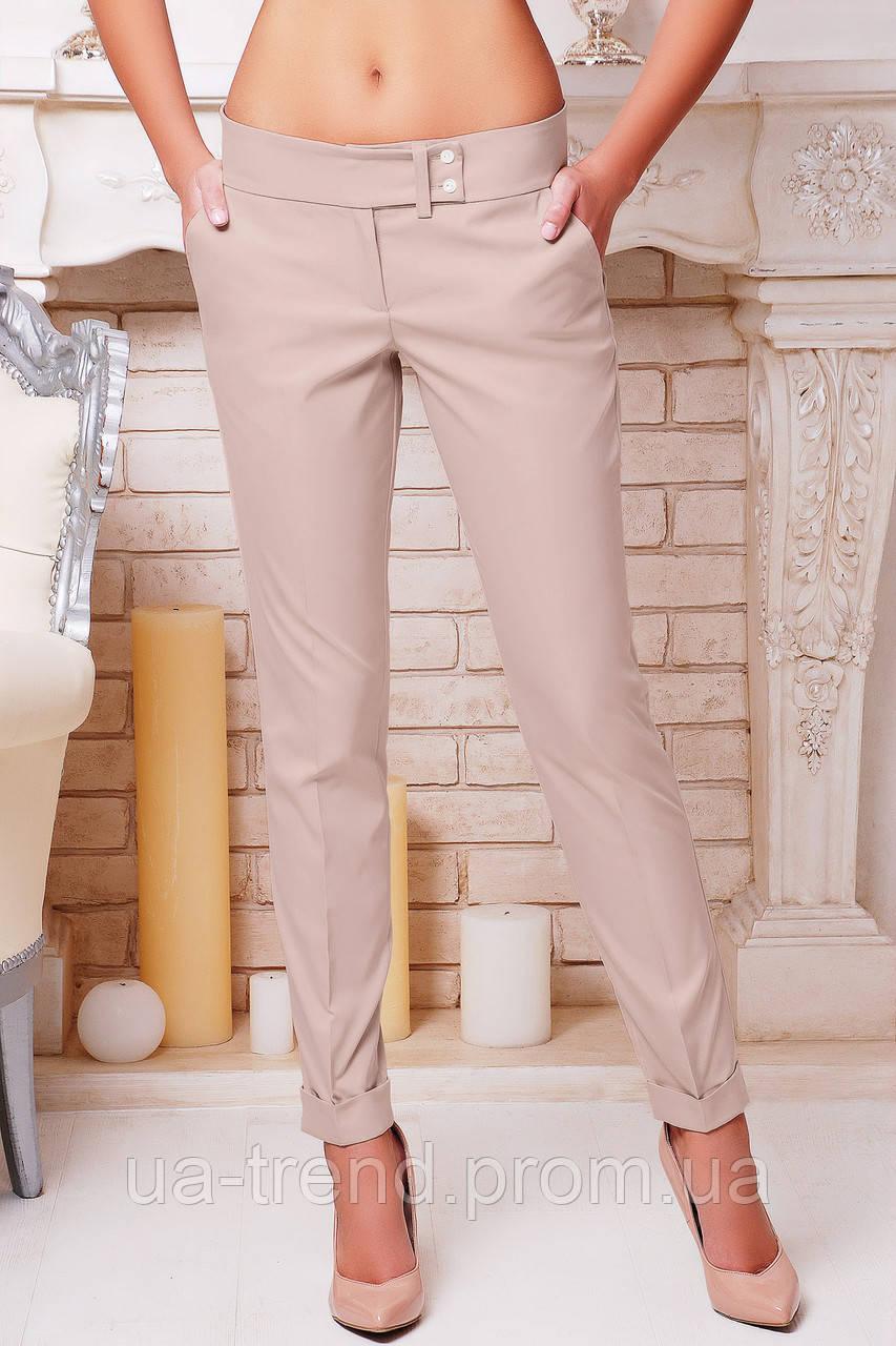 Женские зауженные брюки бежевого цвета со стрелкой и подворотом