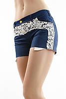 Короткие женские джинсовые шорты со вставками кружева