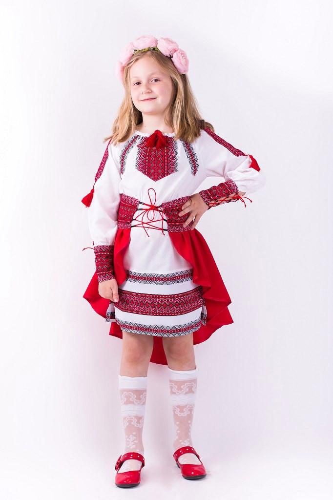 Интересный костюм для девочки с вышивкой