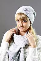 Светло-серая шапочка в комплекте с шарфиком
