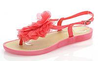 Женские сандали розового цвета на низком ходу украшены искуственным цветком