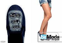 Стильные джинсовые слипоны Latka с высветленными участками и декоративными потрёпанными дырками тёмно-синие