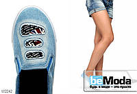 Оригинальные джинсовые слипоны Latka с декоративными дырками и резиновыми вставками светло-голубые