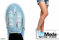 Изящные джинсовые слипоны Beads с потрёпанными краями, декоративными порезами и пайетками светло-голубые