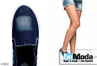 Лёгкие летние джинсовые слипоны Violeta с контрастно высветленными участками и потрёпанными краями тёмно-синие