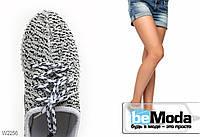 Стильные женские кроссовки Yeezy с необычным пёстрым принтом и изящными красно-белыми нашивками сзади белые